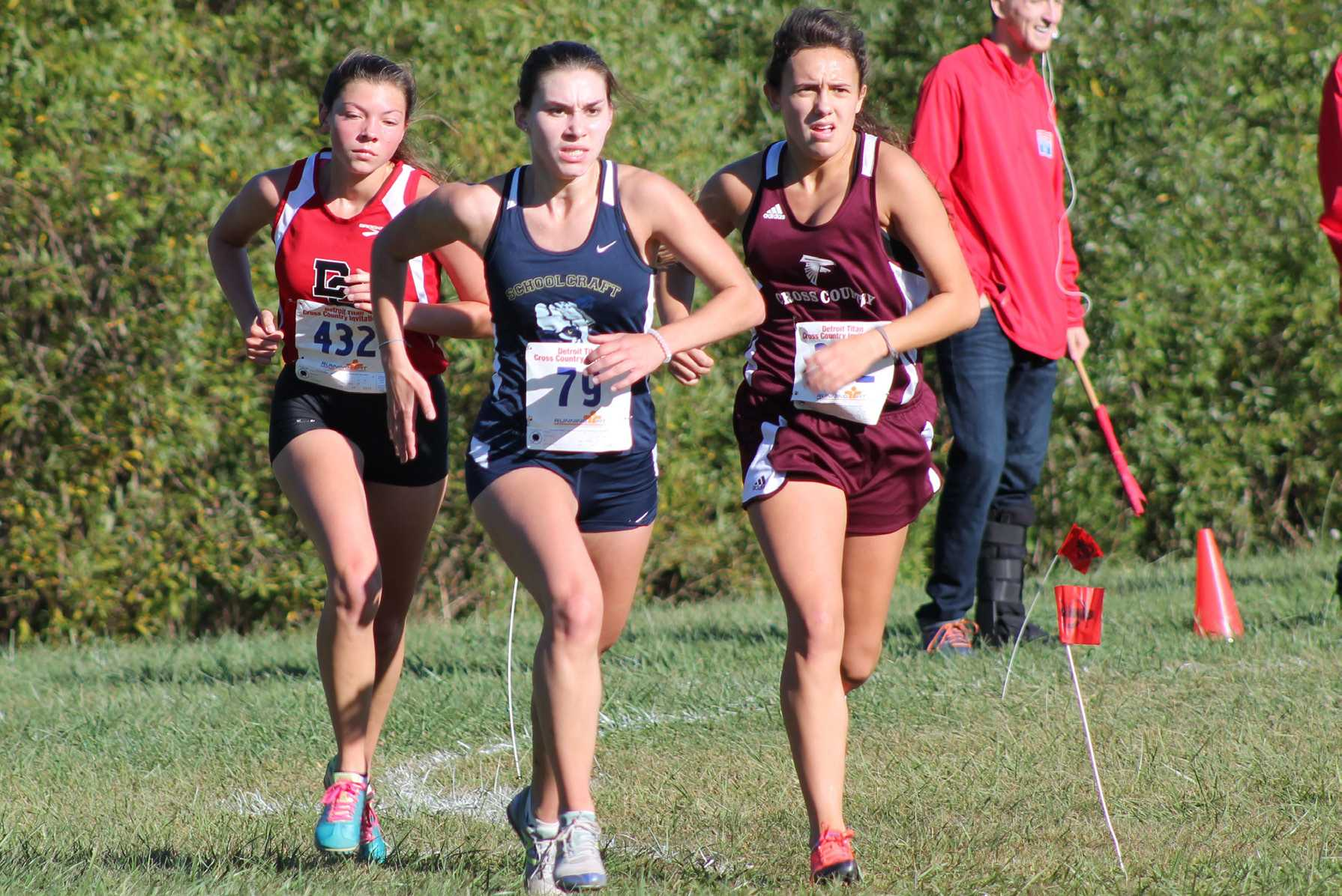 Audrey Baetz leads the pack and finishes the Titan Invitational in 22:07 (7:08 per mile pace).