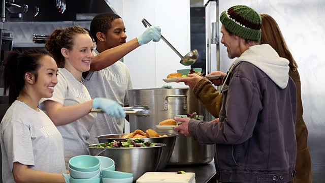 SoupKitchen-ArielSkelly-GettyImages-CruxNowCOM